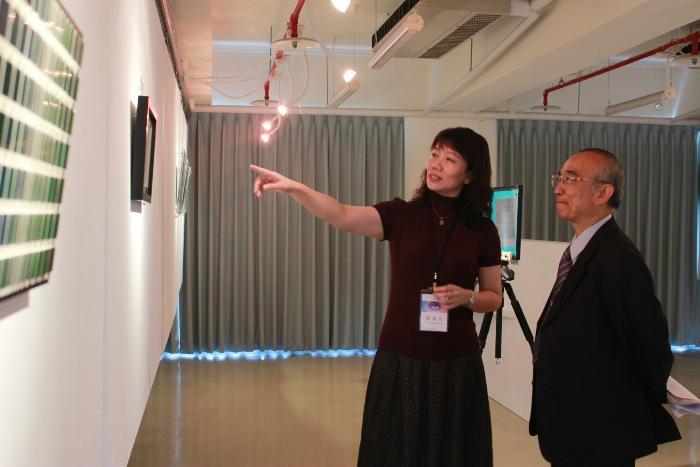 校長蘇炎坤(右)參觀全像藝術作品
