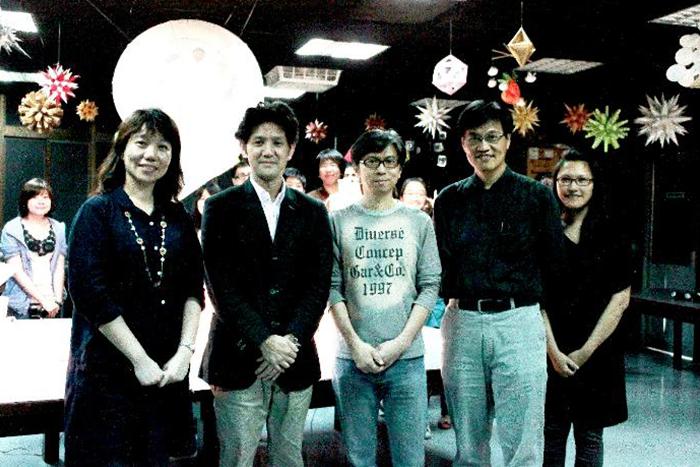 森岡厚次(左二)與創媒學院院長黃雅玲(左一)及師生合影