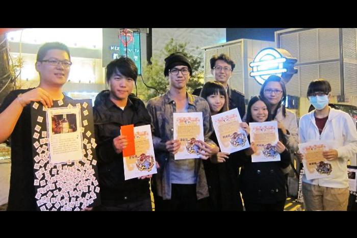 金獎由視傳系二年級學生周昌永(左二)、汪庭楷(左三) 、林珊誼(右三) 、邱珮容(右二) 、林孟竺(右一)獲得