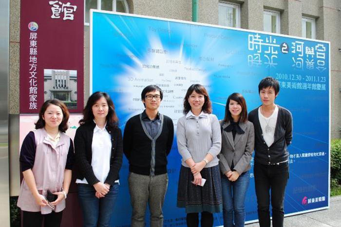左一為本展出承辦人溫佳貞小姐與崑山科技大學策展團隊合照