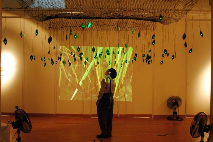 觀眾在吳振通作品下方聆聽音樂的互動變化