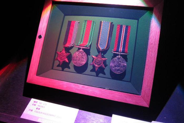 透過全像攝影,勳章彷彿置於盒中