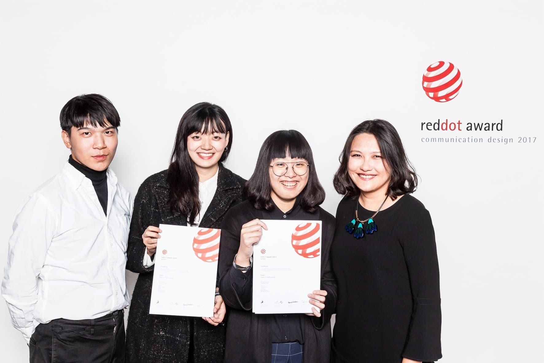 (左2起)獲獎學生韓瑜、童園婷及指導老師曾薰誼等獲紅點設計獎師生合影