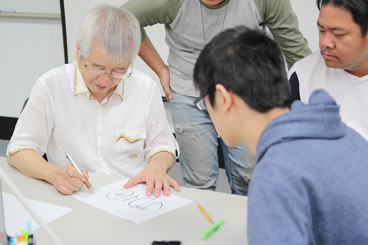 日本客座教授高橋善丸(左)與學員進行討論
