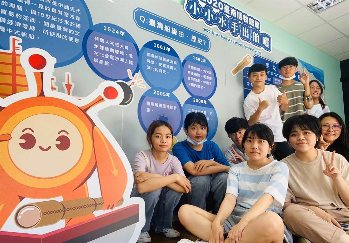 曾薰誼老師(中排右)帶領學生團隊於「小小水手出航囉」展覽會場合影