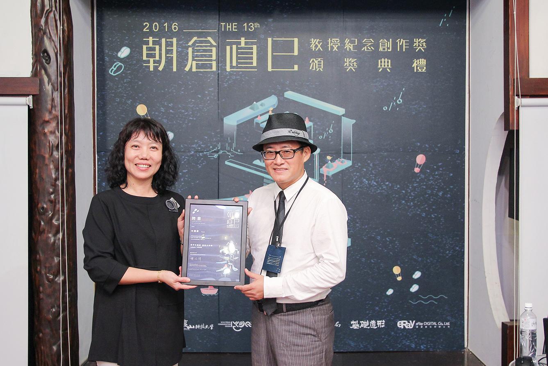 黃雅玲院長(左)頒發感謝狀予「我在品牌」林國慶執行長(右)